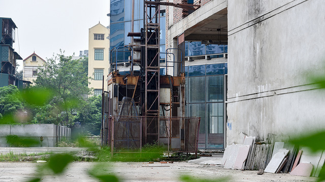 Thang máy xây dựng đã gỉ sét theo thời gian.
