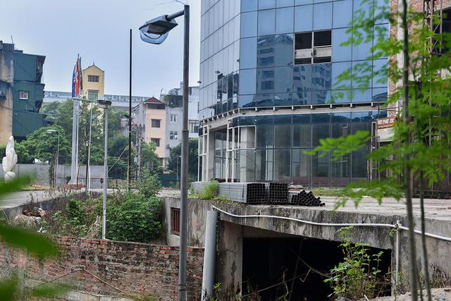 Cảnh hoang phế bên trong khuôn viên bệnh viện. Việc một công trình lớn bỏ hoang nhiều năm đã ảnh hưởng tới cảnh quan môi trường, không gian sống của người dân trong khu vực.