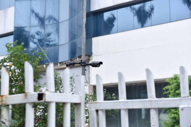 Xung quanh toà nhà có gắn nhiều camera giám sát cho thấy dáng dấp của một bệnh viện hiện đại.