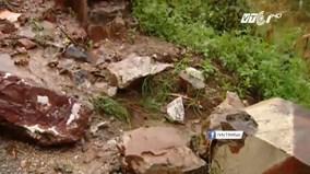 Đá tảng lăn lông lốc xuống đường sau bão ở Hà Giang