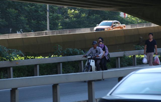 Việc xe khách dừng đỗ, xe ôm đi vào đường cấm trên tuyến đường luôn có nhiều ô tô lưu thông tốc độ cao rất nguy hiểm.