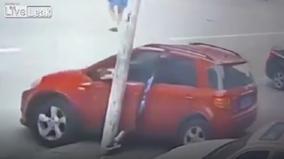 Dùng chân để ngăn ô tô bị trôi, người phụ nữ khiến cư dân mạng nghẹn lời