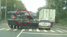 Lính Nga lái xe tăng ra phố, đâm ô tô rồi vẫy tay xin lỗi