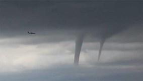 Máy bay chở khách luồn lách giữa những trận lốc xoáy