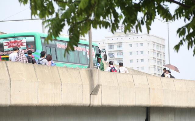 Nhà xe ô hô thì dừng hẳn trên cao tốc trên cao để đón khách.