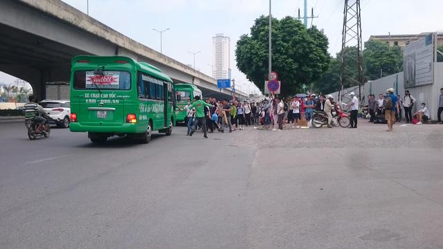 Cảnh dừng đỗ, bắt khách trên đường cấm của nhà xe Ôhô ở đầu đường Khuất Duy Tiến.