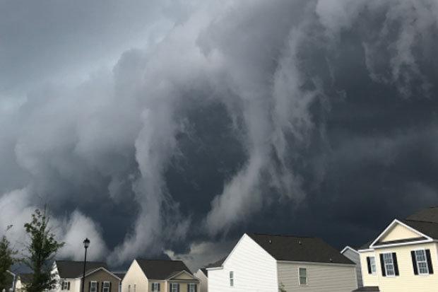Đám mây bao trùm thị trấn Mỹ như ngày tận thế.
