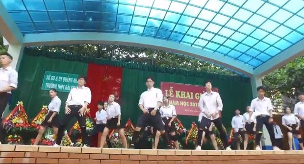 Clip: Học sinh trường THPT Bãi Cháy (Hạ Long) khoe vũ đạo nóng bỏng trong lễ khai giảng - Ảnh 2.