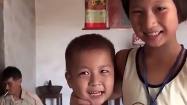 Khoảnh khắc bé trai 5 tuổi có bàn chân kỳ lạ bước đi khiến ai cũng xót xa-2