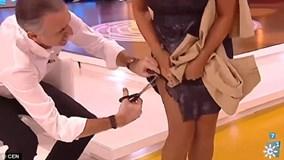 Nam MC rút kéo cắt toạc váy nữ đồng nghiệp trên sóng trực tiếp gây phẫn nộ