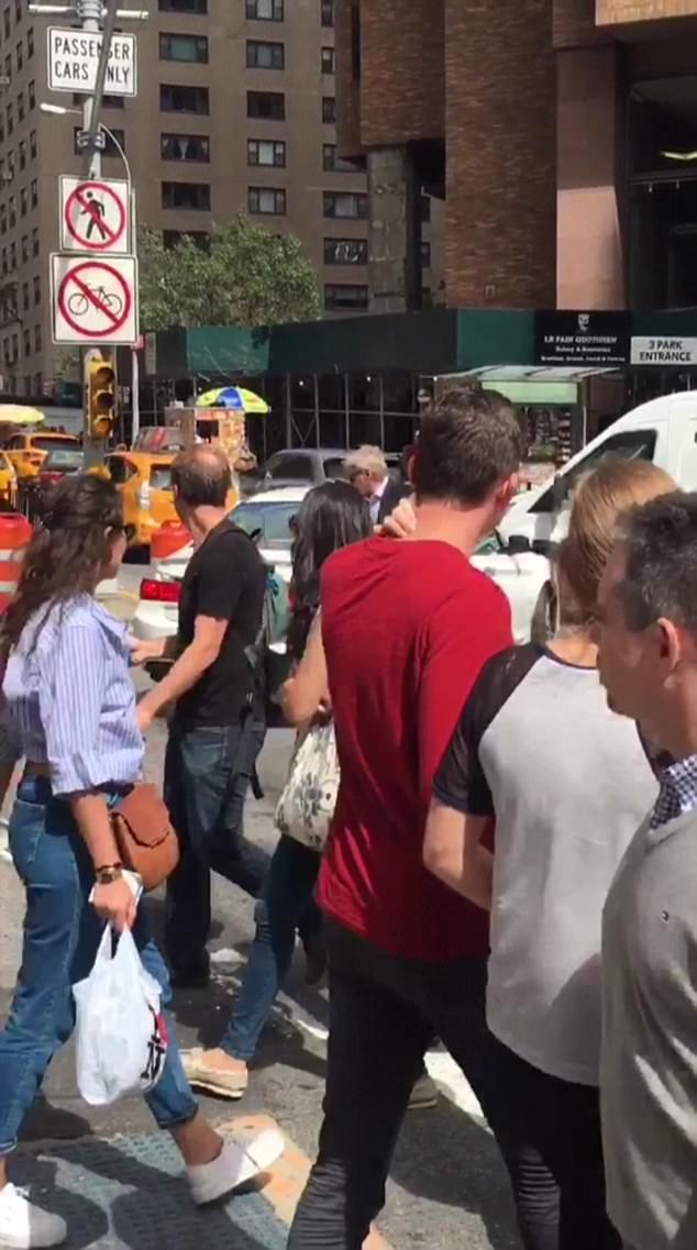 Rất nhiều người qua đường đã ngỡ ngàng khi nhìn thấy Harrison Ford đứng giữa đường phố điều khiển giao thông.