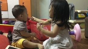 Bé gái hơn 2 tuổi giúp bố mẹ chăm em trai cực dễ thương