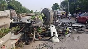Bị tàu hỏa đâm trực diện, xe tải nát bét, trơ khung ở Hà Nội