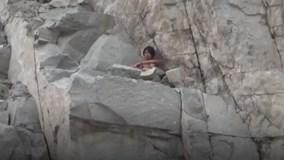 """Nam thanh niên nghi """"ngáo đá"""" cố thủ trên vách núi cao hàng trăm mét"""