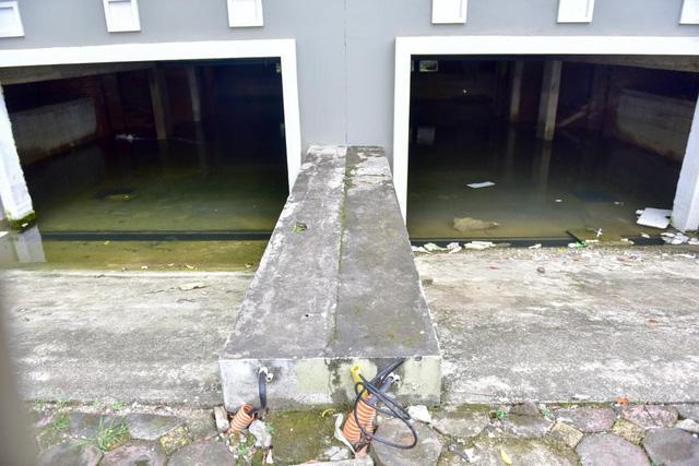 Trong khi đó, nhiều nhà trên tuyến đường Lê Trọng Tấn kéo dài vẫn còn ngập sau trận mưa lớn cách đây nhiều tuần.
