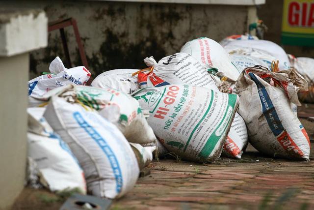 Các bao tải được đóng đầy cát, xếp theo dãy dài trước cửa nhà dân. Người dân tại đây cho biết, đã rất nhiều năm nay, dân tại khu đô thị Nam An Khánh phải chịu cảnh sống chung với mưa ngập, lụt lội mỗi khi trời đổ mưa.