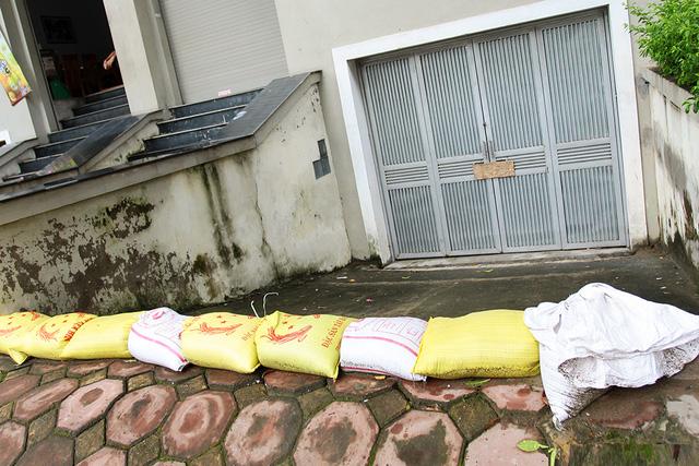 """Anh Hùng (Hoài Đức Hà Nội) nói: """"Mỗi khi mưa lớn là dọc đường Lê Trọng Tấn kéo dài lại ngập lụt, mọi việc kinh doanh đều bị ảnh hưởng nặng nề. Nhiều khi do ngập lớn gia đình phải đi sơ tán sang nhà bà con …"""""""