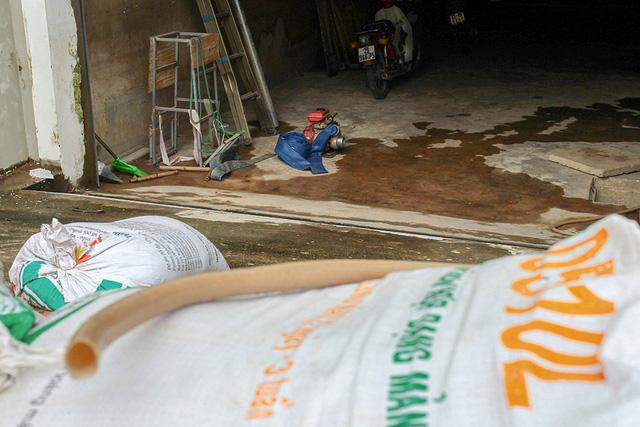 Không những đắp bao cát, nhiều người dân còn chuẩn bị sẵn hệ thống máy bơm nước...