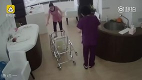 Y tá đẩy xe bị đổ bé sơ sinh rơi mạnh xuống đất khiến dư luận phẫn nộ