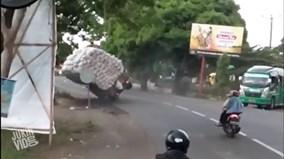 """Thót tim nhìn cảnh xe chở """"núi"""" gạo đổ ập giữa đường"""