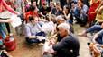 Mỹ Tâm ngồi bệt xuống đường, ăn chôm chôm với các cụ già neo đơn