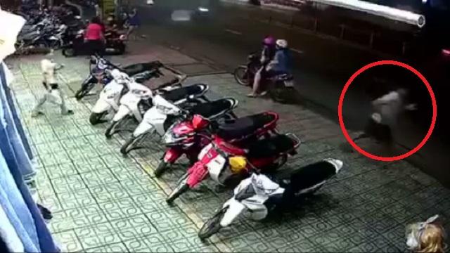 Video - Clip: Màn dàn cảnh lừa bảo vệ để trộm xe máy nhưng bất thành (Hình 2).