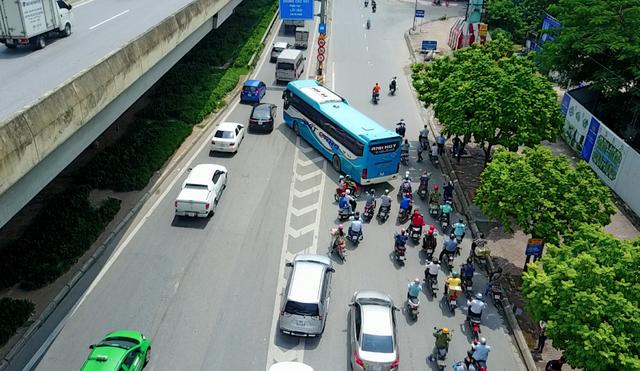 Sau khi hốt mẻ khách lớn, chiếc xe khách này cắt đầu hàng loạt phương tiện giao thông khác để lên cao tốc trên cao.