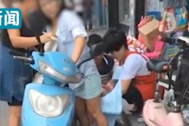 Đang đi xe máy, sản phụ trẻ bất ngờ sinh con ngay giữa phố - Ảnh 2.