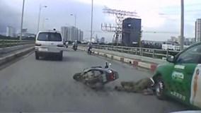 Người đàn ông suýt bị taxi cán lên đầu sau cú ngã văng