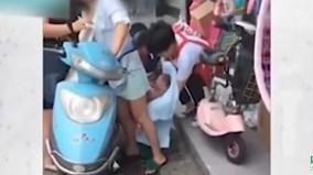 Mẹ vô tư phóng xe máy không biết mình đẻ rơi con