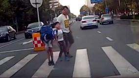 Hành động của 2 đứa trẻ gây sốt