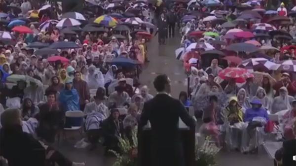 Sinh viên Harvard đội mưa chỉ để nghe trọn vẹn bài phát biểu của 'ông chủ Facebook'-2