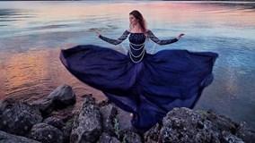 Cô gái đi du lịch khắp nơi với những chiếc váy lộng lẫy