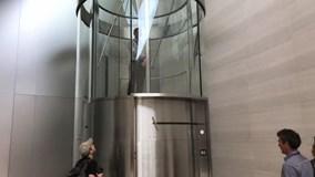 Thang máy tự xoay tròn bên trong trụ sở Apple