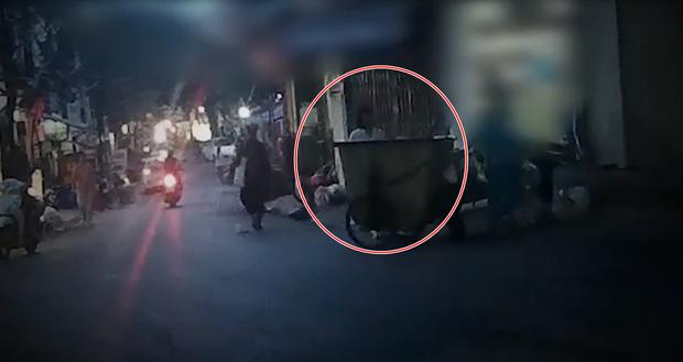 Clip: Kinh hoàng những túi rác bí ẩn bị vứt ra từ phòng khám thai ở Hà Nội - Ảnh 2.