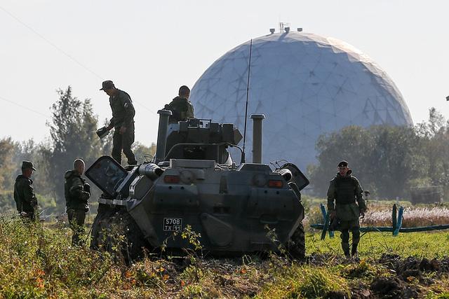 Nga cũng nhiều lần chỉ trích các nước thành viên NATO thường xuyên tiến hành các cuộc tập trận, triển khai binh sĩ và khí tài tới gần biên giới Nga khiến căng thẳng trong khu vực leo thang.