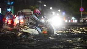 Sài Gòn mưa lớn, cây đổ, người dân lội nước khốn khổ