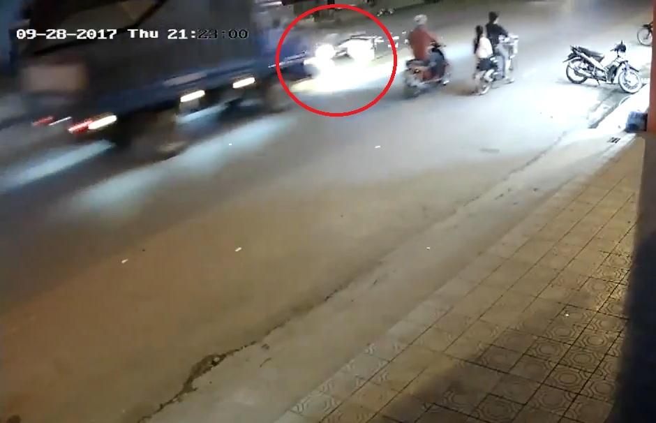Video - Clip: Phanh gấp tránh xe tải chạy lấn làn, thanh niên tử vong tại chỗ