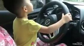 Mẹ vô tư để con trai 5 tuổi lái xe ô tô giữa trời mưa gió