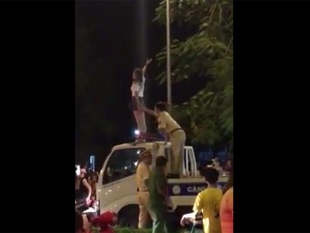 Clip: Cô gái trèo lên nóc xe CSGT, liên tục hô giết người-1