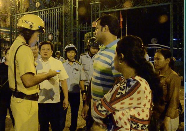 Clip: Giúp du khách bị giật túi xách, cảnh sát giao thông TP HCM nói tiếng Anh như gió-1