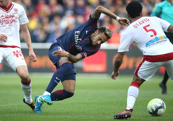 Fan PSG huyt sao phan doi Neymar, doi tra penalty cho Cavani hinh anh 5