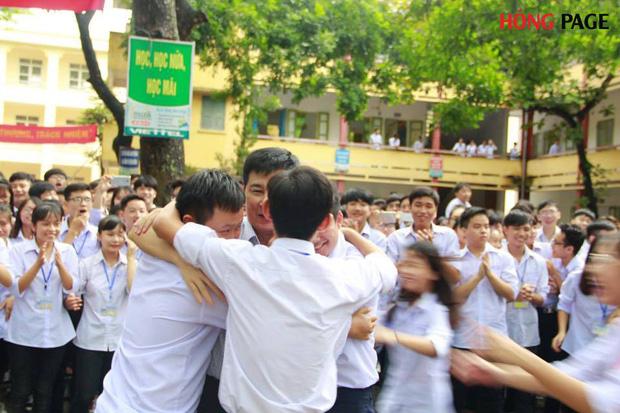 Thêm 1 chuyện Sống tử tế được gì?: Thầy Hiệu trưởng chuyển công tác, hàng trăm HS ở Ninh Bình xếp hàng khóc - Ảnh 1.