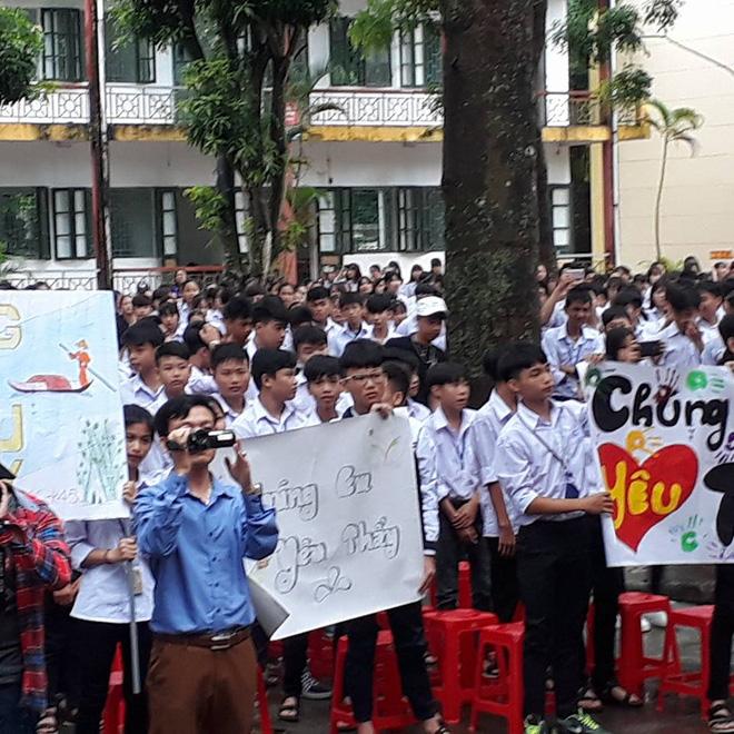 Thêm 1 chuyện Sống tử tế được gì?: Thầy Hiệu trưởng chuyển công tác, hàng trăm HS ở Ninh Bình xếp hàng khóc - Ảnh 3.