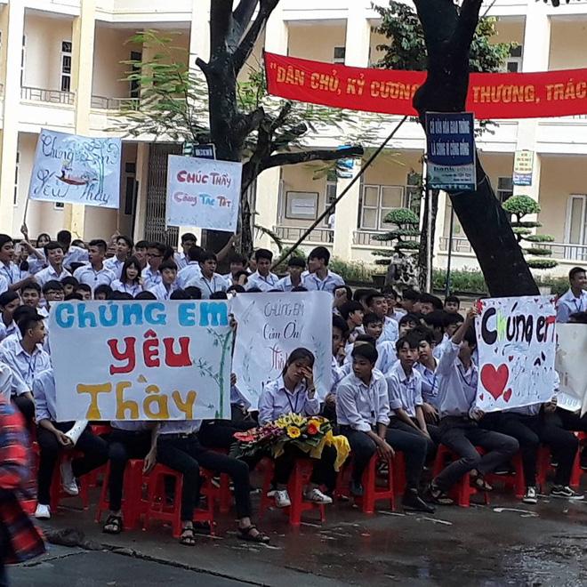 Thêm 1 chuyện Sống tử tế được gì?: Thầy Hiệu trưởng chuyển công tác, hàng trăm HS ở Ninh Bình xếp hàng khóc - Ảnh 4.