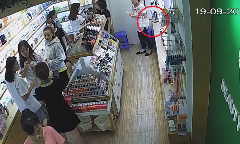 """clip: nu quai """"chom"""" iphone 6 nhanh nhu chop trong shop my pham hinh anh 1"""