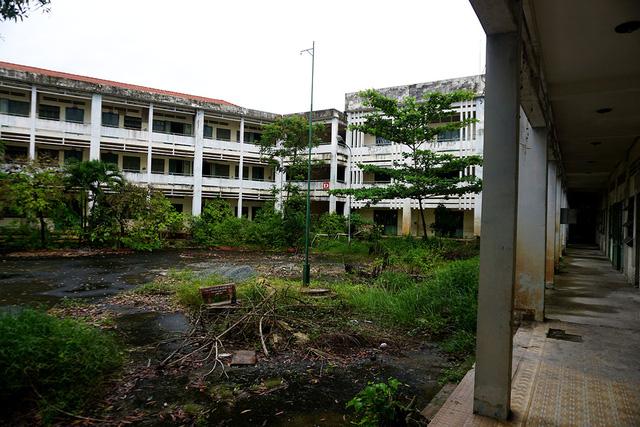 Trường tiểu học Phú Định rộng 6.500 m2, gồm 3 dãy nhà 2 tầng với khoảng 40 phòng học. Sau khi bị bỏ hoang nhiều năm, trường học được đóng kín càng trở nên vắng vẻ và u ám.