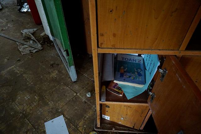 Những cuốn sách vở còn sót lại trong tủ đồ.