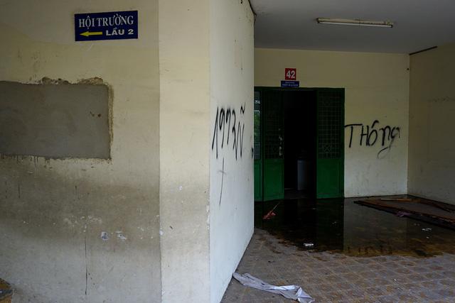 Nước ngấm qua trần nhà nhỏ xuống đọng lại trước và bên trong các phòng.