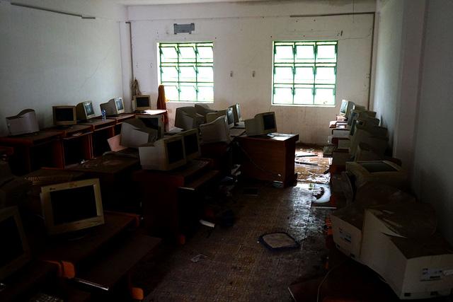 Phòng học máy tính vẫn còn nguyên dàn thiết bị chưa được chuyển đi.